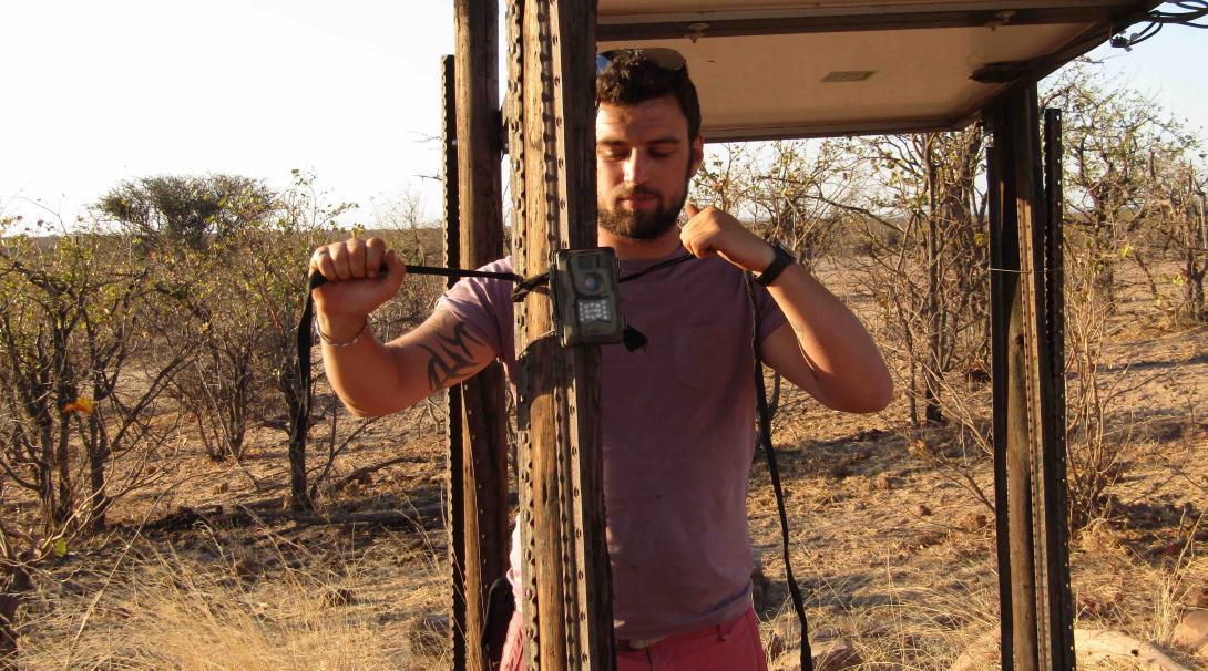 Un écovolontaire de Projects Abroad installe une caméra de surveillance au Botswana.
